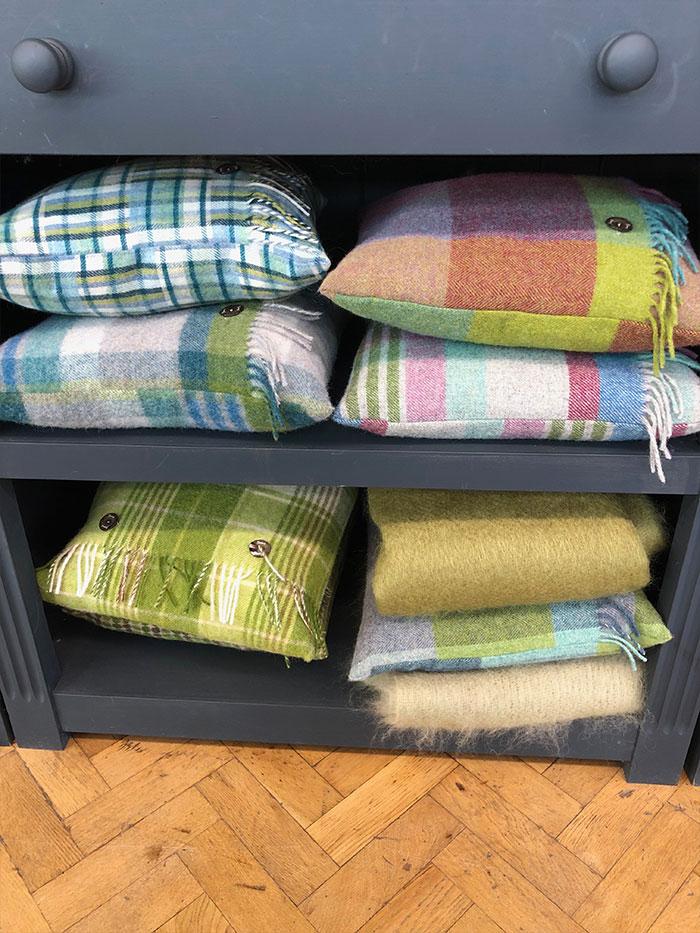 Coussins en lainage colorés